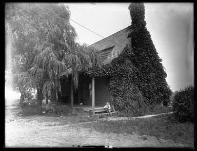 Dr. George S. Ogden. Schenck House, Built 1656, South Side, August 2, 1914. Gelatin silver glass dry plate negative Brooklyn Museum, Brooklyn Museum/Brooklyn Public Library, Brooklyn Collection, 1996.164.6-60