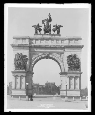 Irving Underhill (American, 1872-1960). Soldiers' and Sailors' Arch, Prospect Park, Brooklyn, ca. 1896-1950. Gelatin silver glass dry plate negative Brooklyn Museum, Brooklyn Museum/Brooklyn Public Library, Brooklyn Collection, 1996.164.8-B1186