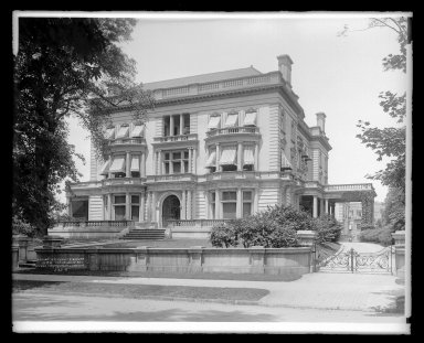 Irving Underhill (American, 1872-1960). Residence Clarence W. Seaman, 789 St. Marks Avenue, Brooklyn, ca. 1896-1950. Gelatin silver glass dry plate negative Brooklyn Museum, Brooklyn Museum/Brooklyn Public Library, Brooklyn Collection, 1996.164.8-B16616. © Estate of Irving Underhill