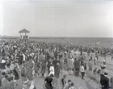 Irving Underhill (American, 1872-1960). Coney Island Bathers, 1913. Gelatin dry glass plate negative, 8 x 10 in. (20.3 x 25.4 cm). Brooklyn Museum, Brooklyn Museum/Brooklyn Public Library, Brooklyn Collection, 1996.164.8-B20055. © Estate of Irving Underhill