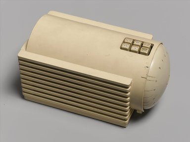Clarence Karstadt. Silvertone Turbine Radio, Model 6110, 1938. Plastic, other materials, 6 5/8 x 11 7/8 x 6 1/2 in. (16.8 x 30.2 x 16.5 cm). Brooklyn Museum, Anonymous gift in honor of Sam Marcy, 1998.143.2. Creative Commons-BY
