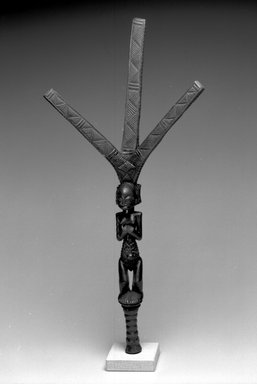 Possibly Luba. Bow Stand (Nsakakabemba), 19th century. Wood, 29 1/4 x 13 1/4 x 5 1/2 in. (74.3 x 33.7 x 14 cm). Brooklyn Museum, Museum Expedition 1922, Robert B. Woodward Memorial Fund, 22.1345. Creative Commons-BY