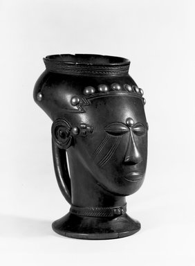 Kuba. Palm Wine Cup (Mbwoongntey), 19th century. Wood, copper alloy, 6 3/4 x 4 x 5 1/8 in. (17.1 x 10.2 x 13 cm). Brooklyn Museum, Museum Expedition 1922, Robert B. Woodward Memorial Fund, 22.1487. Creative Commons-BY