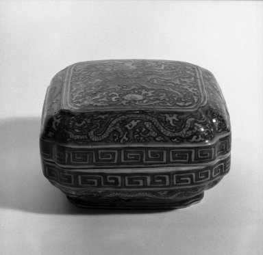 Box, 1368-1644. Porcelain, 3 7/16 x 6 1/8 in. (8.8 x 15.5 cm). Brooklyn Museum, Anonymous gift, 47.219.26a-b. Creative Commons-BY