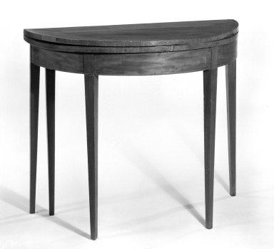 American. Table, late 18th century. Mahogany veneer, 28 3/8 x 35 in. (72.1 x 88.9 cm). Brooklyn Museum, Gift of Elsie O. Hincken, 49.176.1. Creative Commons-BY
