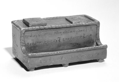 Julius Goeffthorh. Ink Stand, 1822. Earthenware, 2 1/2 x 5 3/4 in. (6.4 x 14.6 cm). Brooklyn Museum, Gift of Huldah Cail Lorimer in memory of George Burford Lorimer, 57.75.32. Creative Commons-BY
