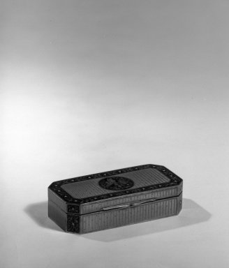 Snuff Box, ca. 1900. Enamel, 3/4 x 3 1/4 x 1 1/2 in. (1.9 x 8.3 x 3.8 cm). Brooklyn Museum, Anonymous gift, 64.241.6. Creative Commons-BY