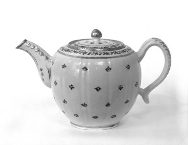 Possibly Worcester Royal Porcelain Co. (founded 1751). Teapot and Lid, possibly 18th century. Porcelain, 5 9/16 x 9 x 3 in. (14.1 x 22.9 x 7.6 cm). Brooklyn Museum, Gift of Donald S. Morrison, 74.42a-b. Creative Commons-BY