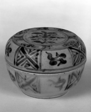 Covered Bowl, 15th century. Stoneware, 2 1/8 x 3 in. (5.4 x 7.6 cm). Brooklyn Museum, By exchange, 74.59.7a-b. Creative Commons-BY