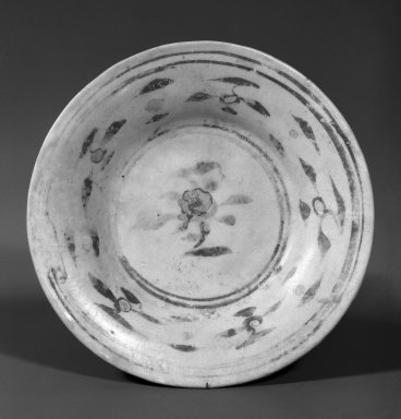 Plate, 1368-1644. Color porcelain (most likely polychrome overglaze enamels), 1 1/16 x 6 5/16 in. (2.7 x 16 cm). Brooklyn Museum, Designated Purchase Fund, 74.82. Creative Commons-BY