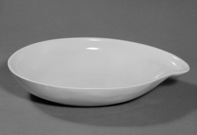 Red Wing Pottery (active 1936-1967). Serving Bowl, designed c. 1945, produced c. 1946. Glazed earthenware, 2 x 10 3/4 x 7 1/2 in. (5.1 x 27.3 x 19.1 cm). Brooklyn Museum, Gift of the artist, 85.75.23. Creative Commons-BY