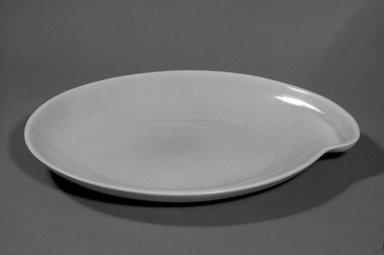 Red Wing Pottery (active 1936-1967). Platter, designed c. 1945, produced c. 1946. Glazed earthenware, 1 3/4 x 15 1/8 x 11 7/8 in. (4.4 x 38.4 x 30.2 cm). Brooklyn Museum, Gift of the artist, 85.75.24. Creative Commons-BY