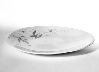 """Hall China Company (1903-present). Plate, """"Hallcraft"""" Pattern, designed 1949-1950 - produced 1952. Glazed earthenware, 7/8 x 8 1/2 x 7 5/8 in. (2.2 x 21.6 x 19.4 cm). Brooklyn Museum, Gift of Eva Zeisel, 85.75.4. Creative Commons-BY"""