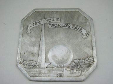 "Sayford Company. Hot Plate, ""New York World's Fair,"" ca. 1939. Metallic paper, other paper, 1/4 x 6 x 6 in. (0.6 x 15.2 x 15.2 cm). Brooklyn Museum, Gift of Linda S. Ferber, 2011.43.2. Creative Commons-BY"