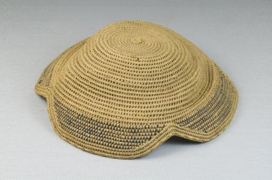 Kuba. Basketry Flat Cap (Laket), late 19th-20th century. Raffia, height: 2 3/8 in. (6 cm); diameter: 9 1/16 in. (23 cm). Brooklyn Museum, Museum Expedition 1922, Robert B. Woodward Memorial Fund, 22.1609. Creative Commons-BY