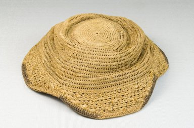 Kuba. Basketry Flat Cap (Laket), late 19th-early 20th century. Raffia, height: 2 3/4 in. (7 cm); diameter: 6 1/2 in. (16.5 cm). Brooklyn Museum, Museum Expedition 1922, Robert B. Woodward Memorial Fund, 22.1621. Creative Commons-BY