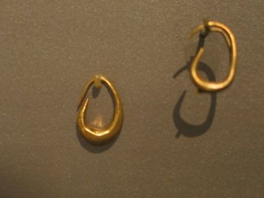 """Boat"" Earring, ca. 1539-1075 B.C.E. Gold, 11/16 x 3/16 in. (1.7 x 0.5 cm). Brooklyn Museum, Charles Edwin Wilbour Fund, 37.749E. Creative Commons-BY"