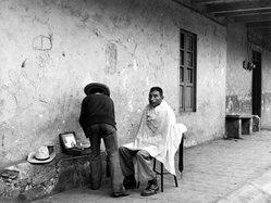 Mariana Yampolsky (Urbach). El Peluquero, ca. 1980. Gelatin silver photograph, Sheet: 11 x 13 7/8 in. Brooklyn Museum, Gift of Marcuse Pfeifer, 1990.119.101. © artist or artist's estate