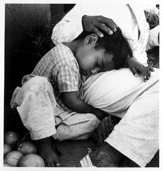 Mariana Yampolsky (Urbach). Puesto de Naranjas, ca. 1980s. Gelatin silver photograph, Sheet: 13 7/8 x 10 7/8 in. Brooklyn Museum, Gift of Marcuse Pfeifer, 1990.119.103. © artist or artist's estate